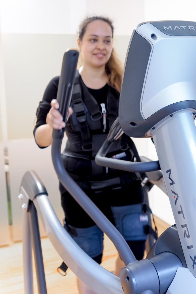 Sport unter Strom mit EMS Training - ein Selbstversuch | Lotti Groll